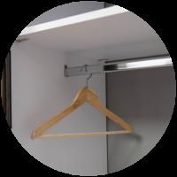 Šatníková tyč v vstavanej skrini