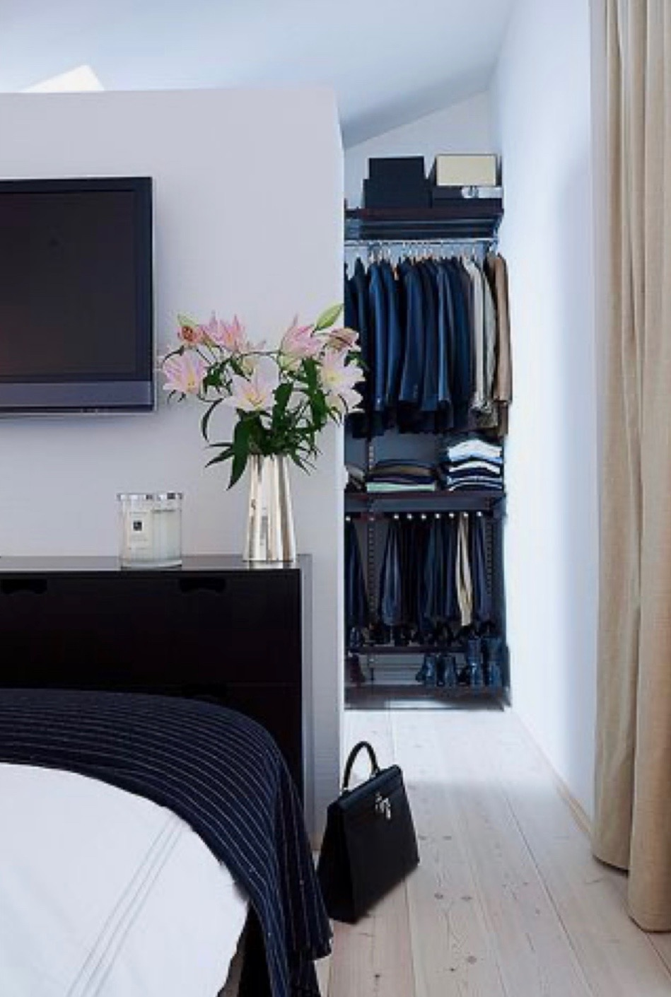 FOTOinšpirácia: Hrajte sa s priestorom, schovajte šatník za posteľ